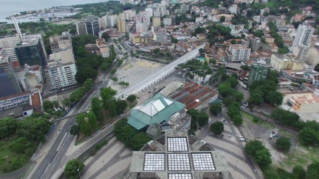 vídeos de stock, filmes e b-roll de vista aérea dos arcos da lapa no rio de janeiro, brasil - monument