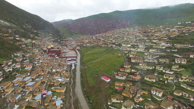 vidéos et rushes de aerial view of the largest tibetan monastery - seda buddhist college in western china - seda
