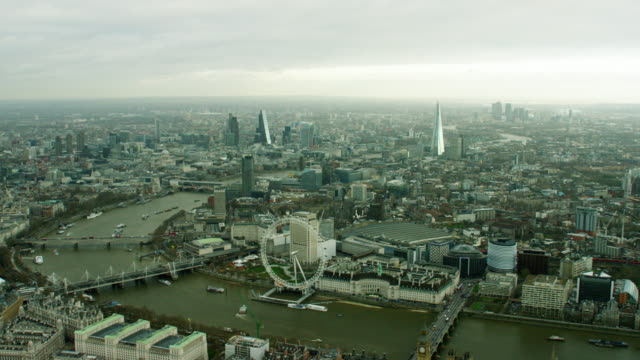 vídeos de stock, filmes e b-roll de aerial view of the london eye and thames - rio tâmisa