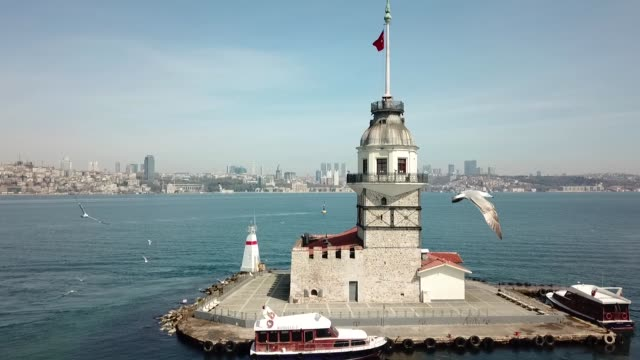 vidéos et rushes de aerial view of the maiden's tower and the bosphorus - byzantin