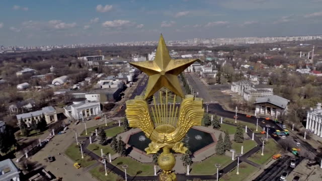 aerial view of the main pavilion of the vdnkh (exhibition center) amusement park / russia, moscow - モスクワ市点の映像素材/bロール