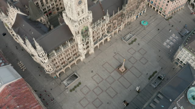 aerial view of the marienplatz beeing nearly empty following the tightening of measures affecting public life due to the coronavirus. all non... - städtischer platz stock-videos und b-roll-filmmaterial