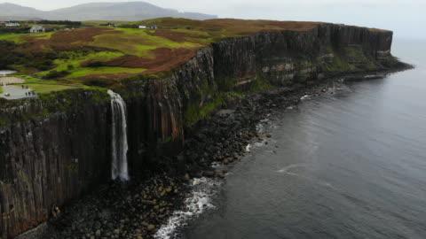 stockvideo's en b-roll-footage met aerial view of the mealt falls in the coastline of the isle of skye in scotland. - klif