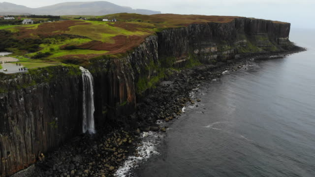vídeos de stock, filmes e b-roll de aerial view of the mealt falls in the coastline of the isle of skye in scotland. - escócia