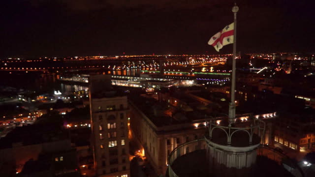 vídeos de stock e filmes b-roll de aerial view of the montreal courthouse and flag by night - montréal