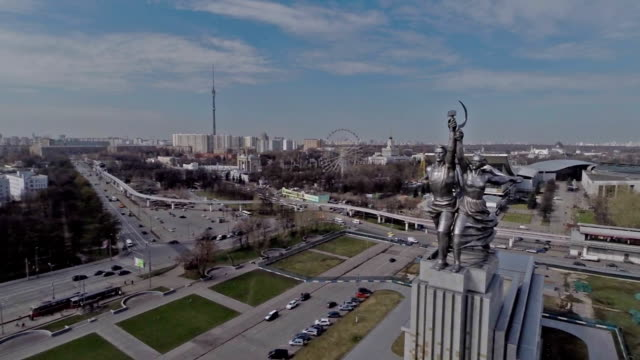 vidéos et rushes de aerial view of the monument worker and kolkhoz woman on vdnh / russia, moscow - city street