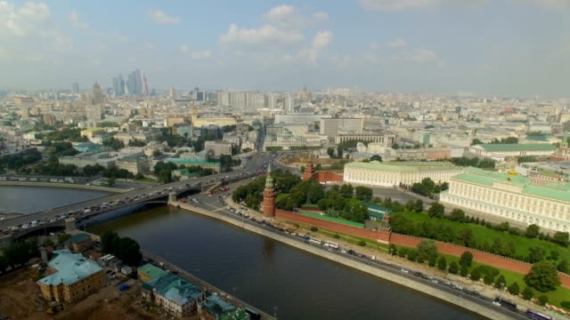 aerial view of the moscow kremlin embankment, dormition cathedral and red square, along moskva river - moskau stock-videos und b-roll-filmmaterial