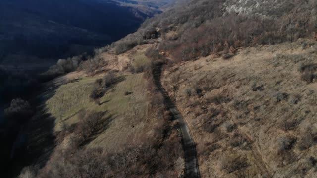 vídeos de stock, filmes e b-roll de vista aérea da cordilheira - mountain range