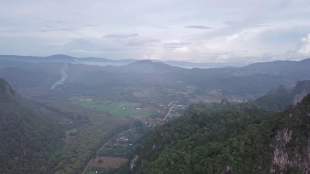 日没時間と山の空撮 - 農村の風景点の映像素材/bロール