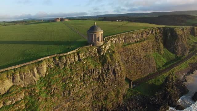 vídeos y material grabado en eventos de stock de aerial view of the mussenden temple. county antrim, northern ireland. - irlanda del norte