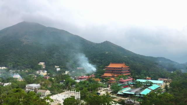 stockvideo's en b-roll-footage met luchtfoto van het ngong ping dorp in hong kong, gezien vanuit de kabelbaan - hong kong