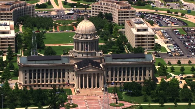 vidéos et rushes de kfor aerial view of the oklahoma state capitol - oklahoma