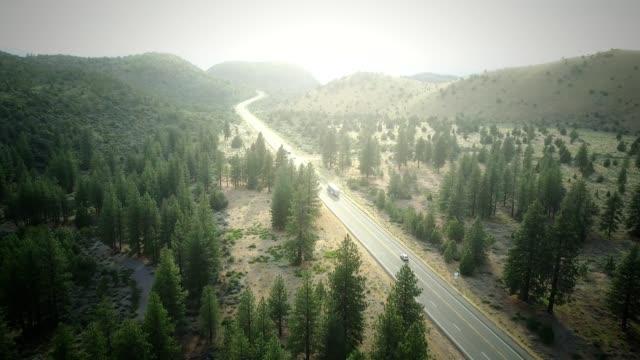 vidéos et rushes de 4k heli: vue aérienne de la campagne de l'oregon - semi remorque