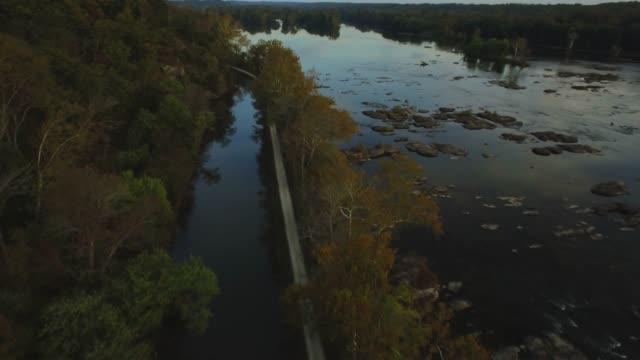 stockvideo's en b-roll-footage met luchtfoto van de potomac rivier en c & o canal zonsondergang schemer in maryland - potomac rivier
