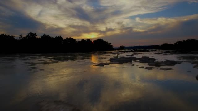 stockvideo's en b-roll-footage met luchtfoto van de potomac rivier zonsondergang schemer in maryland - potomac rivier
