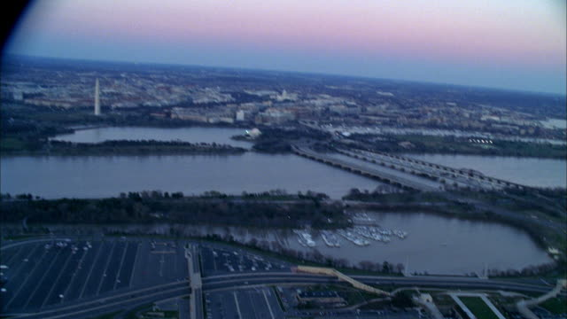 aerial view of the potomac river flowing near the pentagon. - potomac river stock-videos und b-roll-filmmaterial