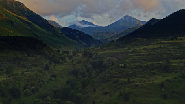 vídeos de stock e filmes b-roll de aerial view of the pyrenees mountain range at sunset - vale