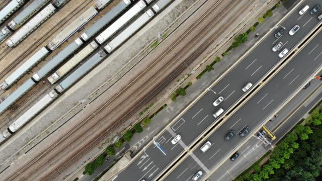 鉄道駅と道路交通の航空写真(リアルタイム) - 線路のポイント点の映像素材/bロール