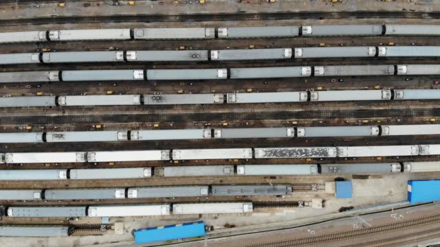 鉄道駅の航空写真(リアルタイム) - 線路のポイント点の映像素材/bロール