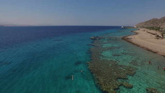 vidéos et rushes de aerial view of the reefs in coral beach nature reserve, eilat, israel. - mer rouge
