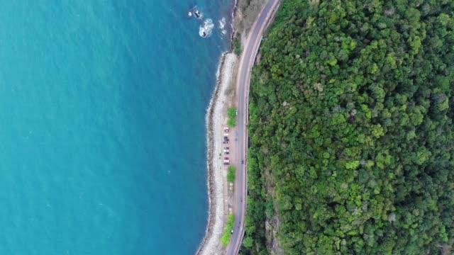 vidéos et rushes de vue aérienne de la route entre les montagnes et la mer - image dépouillée