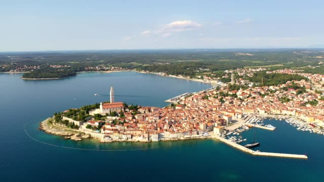 vídeos de stock, filmes e b-roll de aerial view of the rovinj old town by the adriatic sea in croatia - península