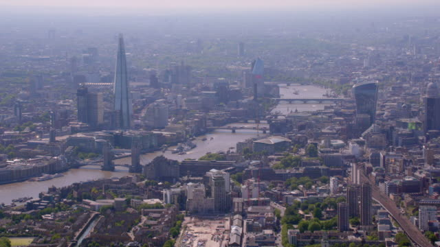 stockvideo's en b-roll-footage met luchtfoto van de scherf en de tower bridge, london, verenigd koninkrijk. 4k - uitzoomen