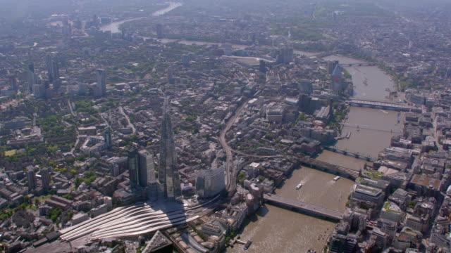 シャード、テムズ川とロンドン中心部、英国の空撮。4 k - ミレニアムホイール点の映像素材/bロール