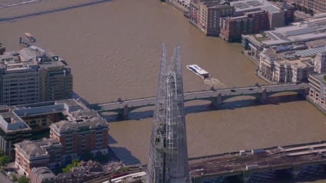 vídeos de stock, filmes e b-roll de vista aérea do shard, rio tamisa e centro de londres, uk. 4k - prefeitura