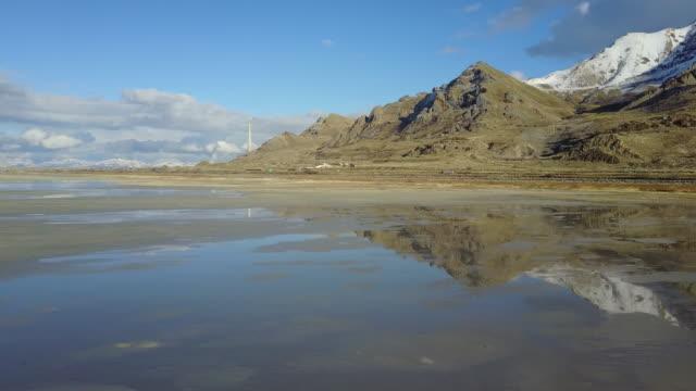 vidéos et rushes de vue aérienne de la rive du grand lac salé - utah