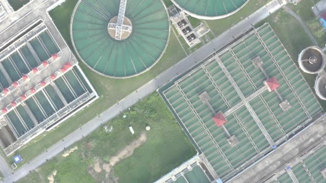 vidéos et rushes de vue aérienne du type de réservoir de clarificateur de contact solide recirculation des boues dans l'usine de traitement de l'eau - écosystème