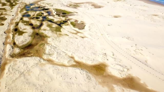 vídeos de stock, filmes e b-roll de vista aérea da paisagem de praia de areia de stockton - duna