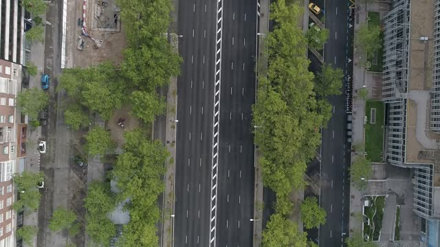 aerial view of the streets of madrid on april 16th 2020 in madrid, spain. madrid's streets are empty due to lockdown restrictions imposed to curb the... - マドリード グランヴィア通り点の映像素材/bロール