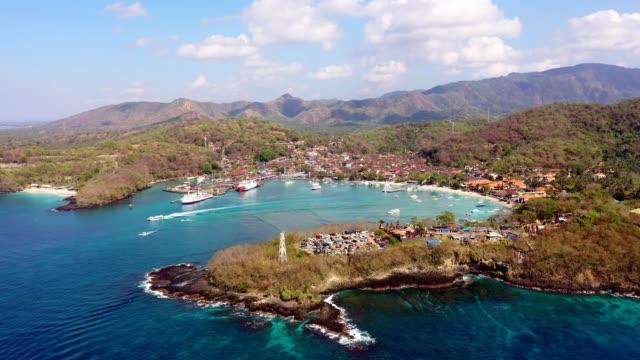 aerial view of the stunning padang bai bay and coastline in bali, indonesia - bak och fram bildbanksvideor och videomaterial från bakom kulisserna
