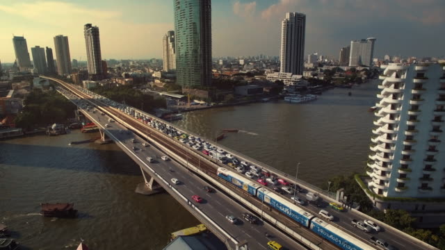 Luftaufnahme der Taksin-Brücke, Bangkok