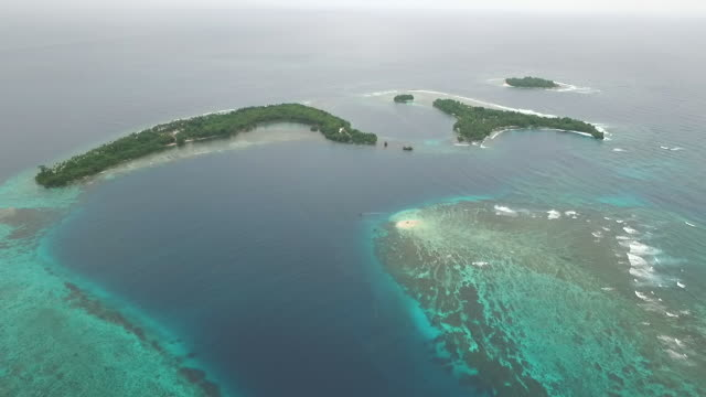 vídeos de stock, filmes e b-roll de aerial view of the tami islands, papua new guinea - atol