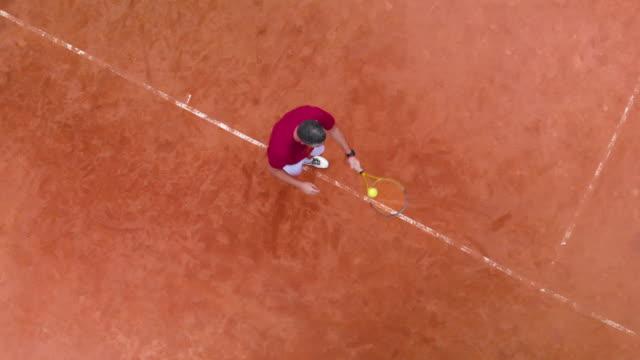 vidéos et rushes de vue aérienne du tennis servir - terrain de sport sur gazon