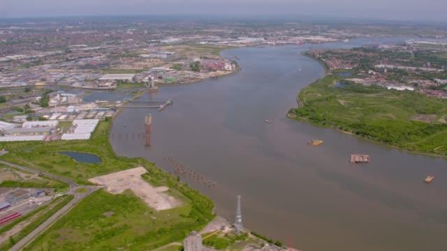 テムズ川河口ロンドン、英国の空撮。4 k - イーストロンドン点の映像素材/bロール