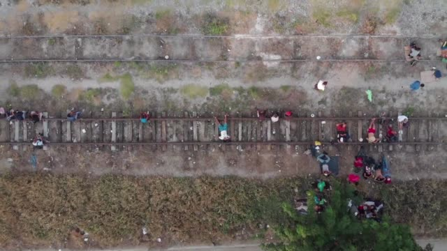 aerial view of the town of arriaga in chiapas where members of a group of migrants making their way across mexico to the us border take a rest before... - chiapas bildbanksvideor och videomaterial från bakom kulisserna