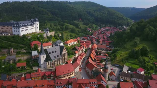 vídeos de stock e filmes b-roll de aerial view of the town of stolberg with castle and church st. martin, harz, saxony-anhalt, germany - circa 13th century