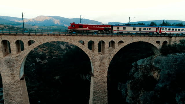 aerial view of the train crossing the varda viaduct - giaour dere viaduct - adana/turkey (drone shot) - turchia video stock e b–roll