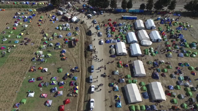 aerial view of the transit camp on the greekfyrom border / more than 10000 immigrants and refugees are waiting in idomeni to cross the border to... - flüchtlingslager stock-videos und b-roll-filmmaterial