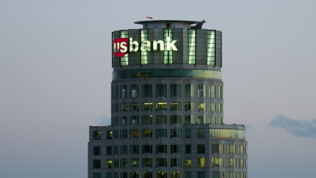 aerial view of the us bank tower in los angeles, california. at over 1000 feet tall, the skyscraper is considered supertall. - us bank tower stock videos & royalty-free footage
