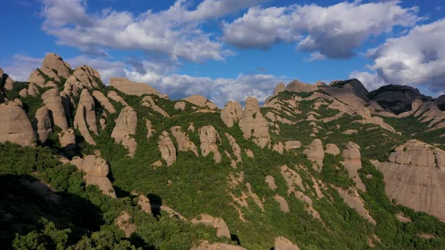 vídeos de stock e filmes b-roll de aerial view of the west face of montserrat mountain (barcelona province, catalonia, spain) 003 - vale