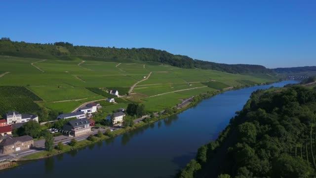 vidéos et rushes de aerial view of the wine village ahn, river moselle, moselle valley, canton of grevenmacher, luxembourg - ensoleillé