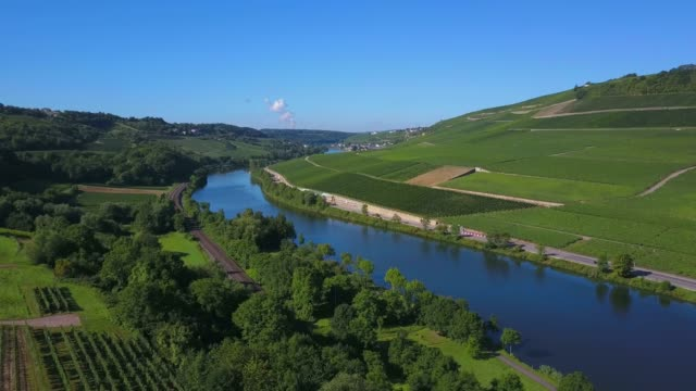 vidéos et rushes de aerial view of the wine village ahn, river moselle near ahn, moselle valley, canton of grevenmacher, luxembourg, border river between germany and luxembourg - ensoleillé