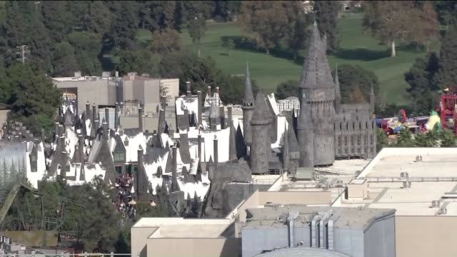 aerial view of 'the wizarding world of harry potter' at universal studios hollywood. - harry potter titolo d'opera famosa video stock e b–roll
