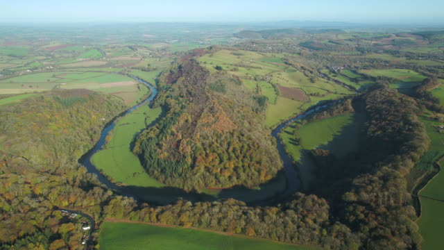 vídeos de stock e filmes b-roll de aerial view of the wye valley towards ross on wye, symonds yat, forest of dean, gloucestershire, england - reino unido