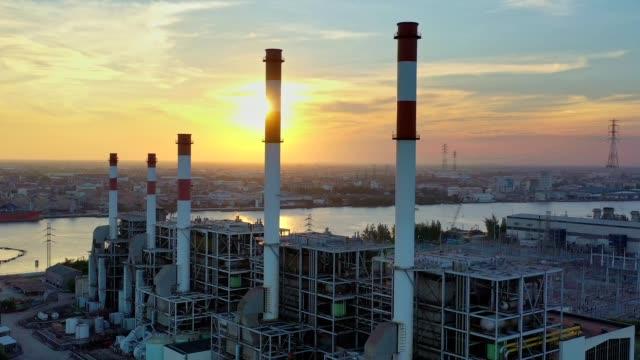 luftaufnahme des solarthermischen kraftwerks oder kohle-kraftwerk und kühlturm mit dampf in der nacht zum tag - dämmerung stock-videos und b-roll-filmmaterial