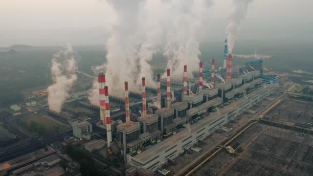 luftaufnahme von wärmekraftwerk oder kohlekraftwerk und kühlturm mit dampf bei nacht - zeitraffer fast motion stock-videos und b-roll-filmmaterial